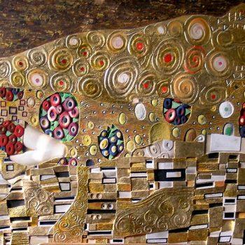 Il bacio, Klimt - Tecnica mista su legno intagliato